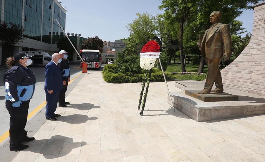 Fethi Yaşar Anıta Çelenk Bıraktı